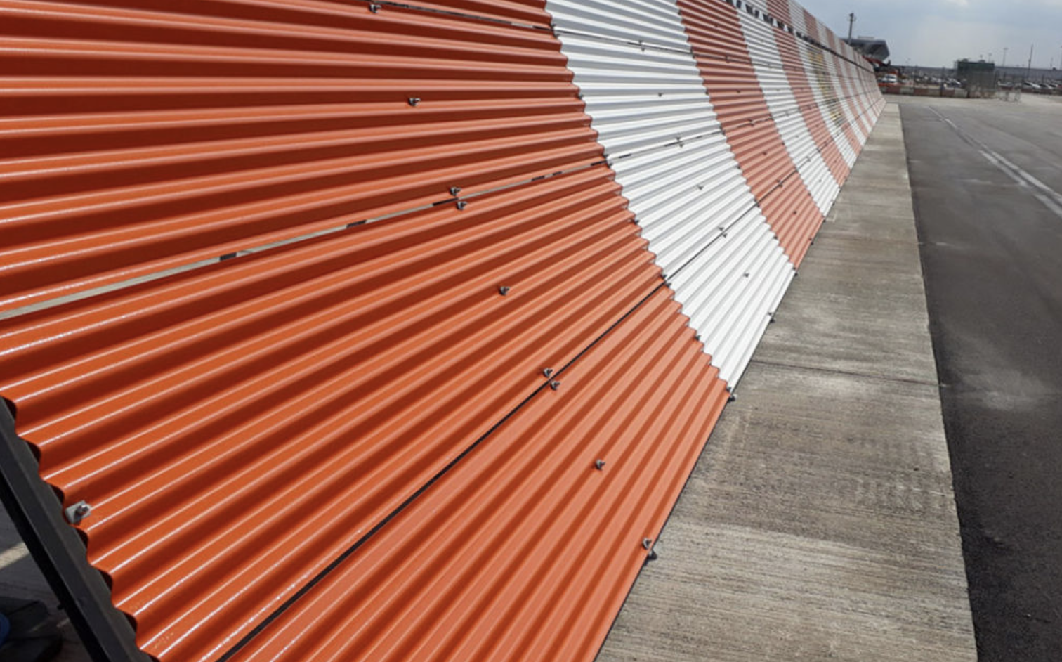 Curved jet blast deflector for London Stansted