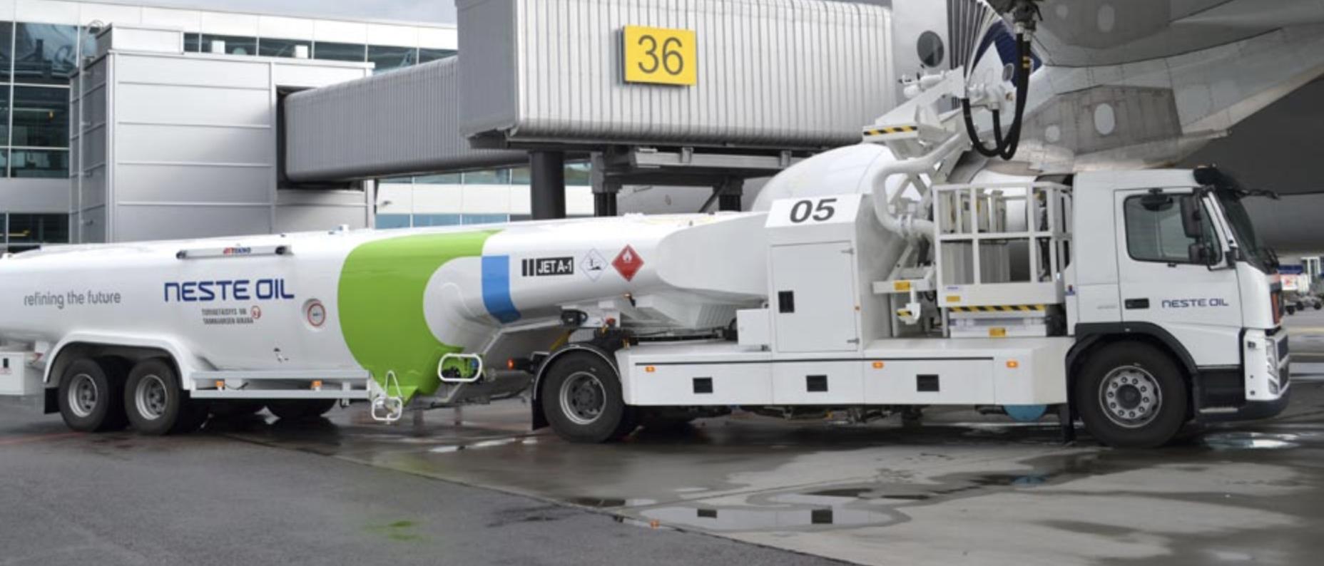 Aircraft refueller, semi trailer